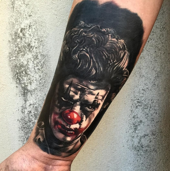 Татуировка злого шута на предплечье