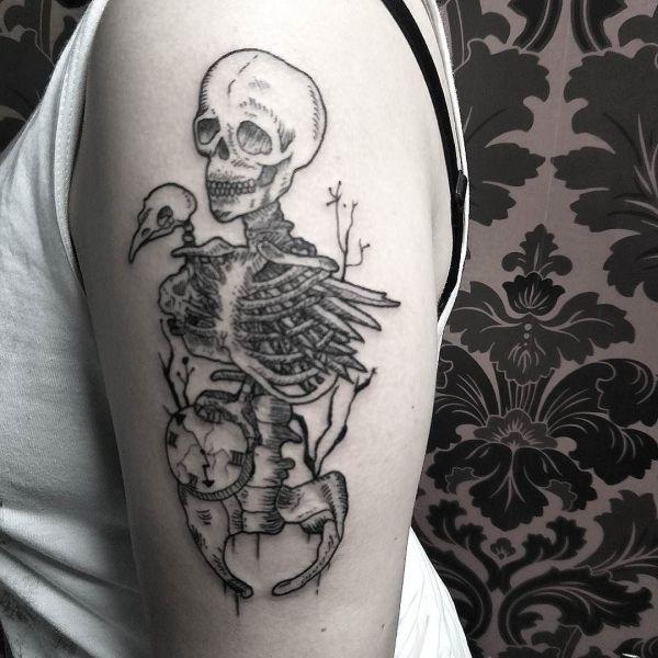 Татуировка скелет человека и птицы