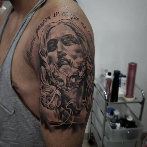 Татуировка как скульптура на плече парня