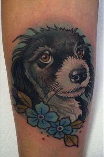 Миленькая собачка с цветами