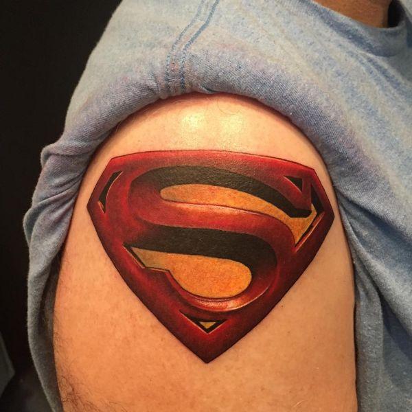 Красный символ супермен на плече