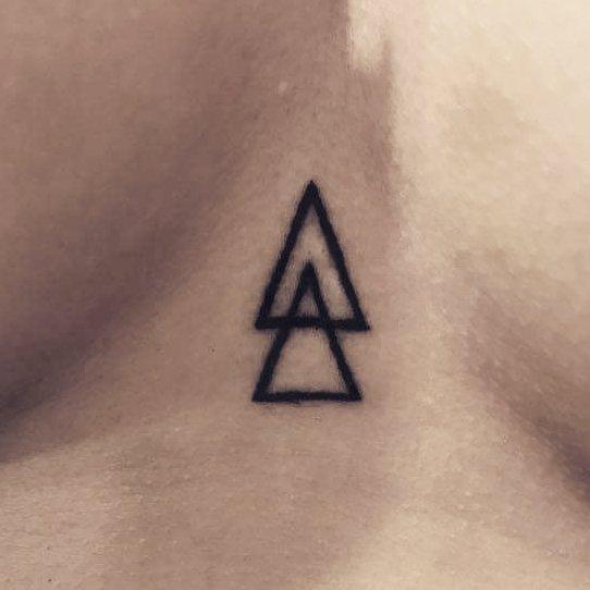 Два небольших треугольника на груди