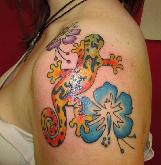 Ящерица с цветками на плече