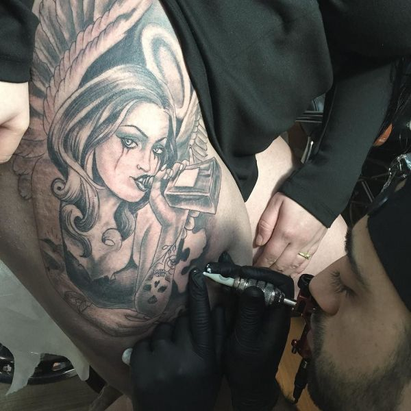 Девушка на татуировке в стиле Чикано