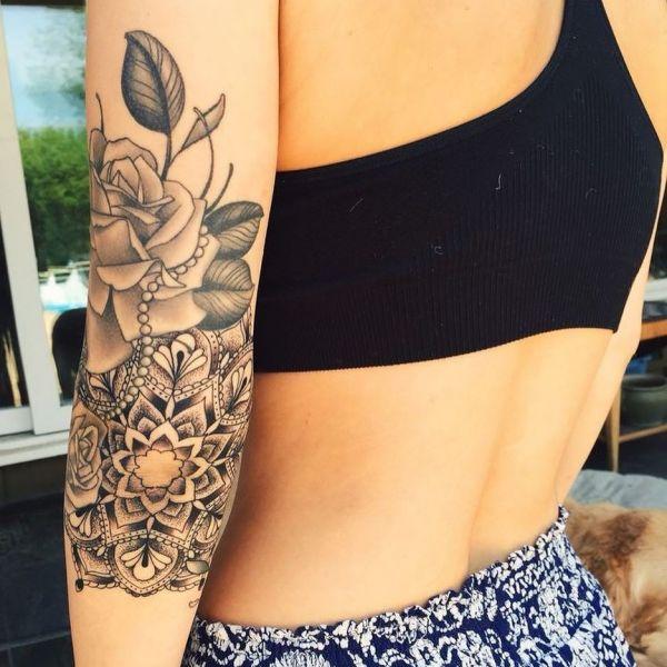 Татуировка на плече у девушки в чб цвете