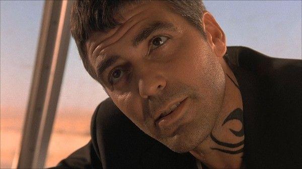 Джордж Клуни с татуировкой на шее