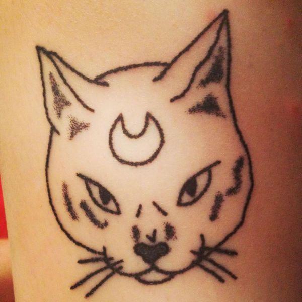 Хендпоук в татуировке - кот с месяцем на лбу