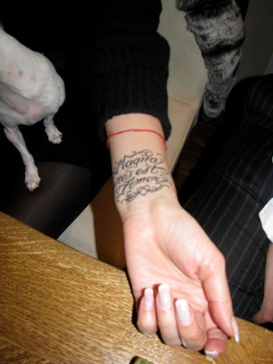 Татуировка у Леры Кудрявцевой на запястье