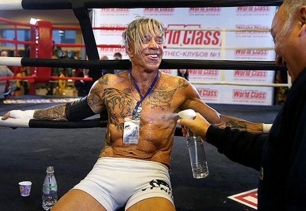 Микки Рурк с татуировками после боя