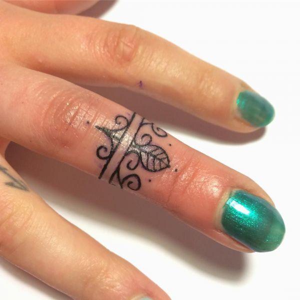Небольшой узор на пальце в стиле минимализм