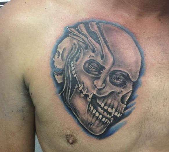 Татуировка черепа на груди