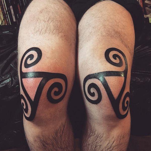 Узор в стиле блекворк на коленях