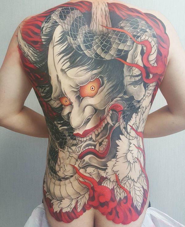 Татуировка демона во всю спину в стиле нью скул