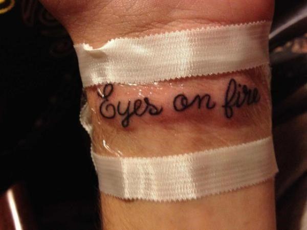 Татуировка надпись Ромы Желудя на запястье
