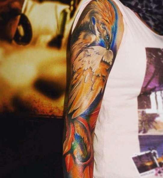 Красивая птица в татуировке рукава