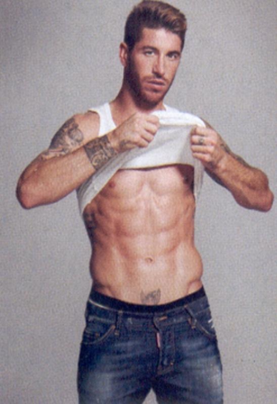 Красивое тело Серхио Рамоса с татуировками