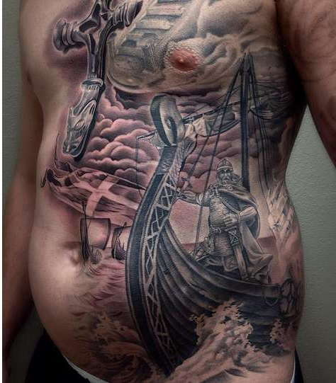 Викинг на корабле в море, татуировка на животе