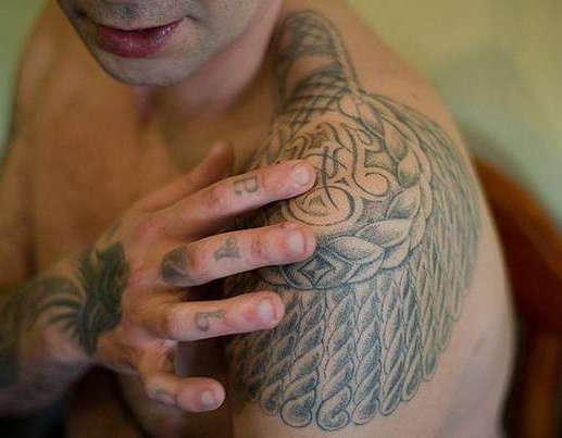 Латы на плече - воровская тату