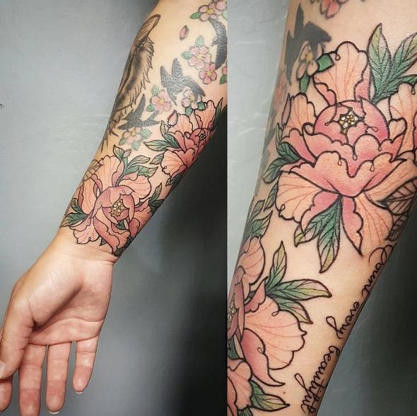 Татуировка на предплечье девушки в японском стиле - женственная
