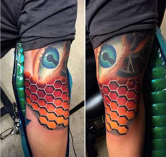 3D татуировка на руке в виде шкуры змеи