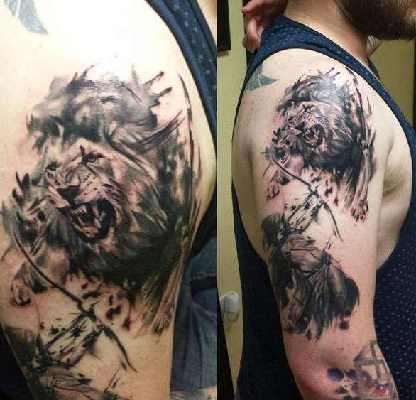 Художественная татуировка льва на плече