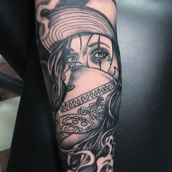 Мексиканская татуировка на руке в стиле Чикано