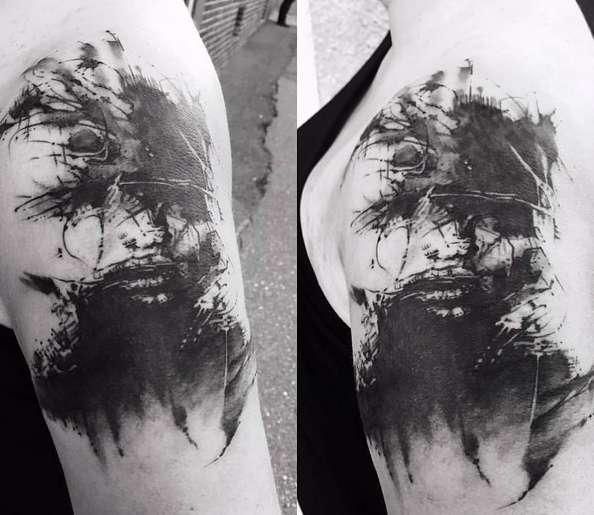 Необычное изображение дерева и лица на татуировке