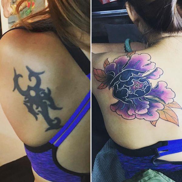 Перебитая татуировка на лопатке у девушки