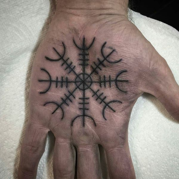 Татуировка руны на ладони
