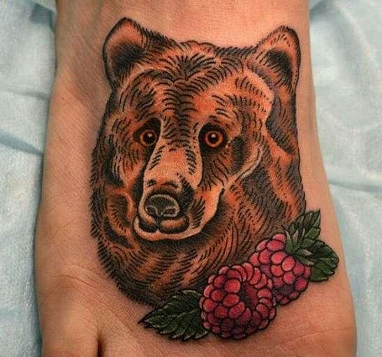Русская татуировка в виде медведя с малиной