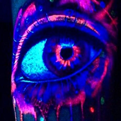 Красивый светящийся глаз в темноте