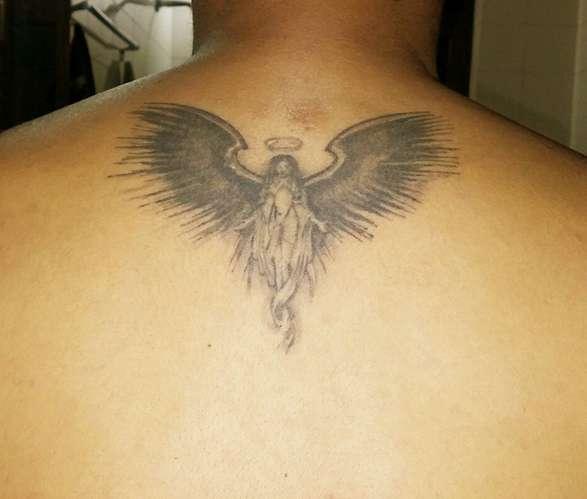 Небольшая татуировка Архангела на спине парня