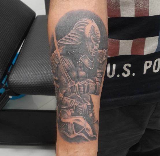 Татуировка: богатырь сражается на руке