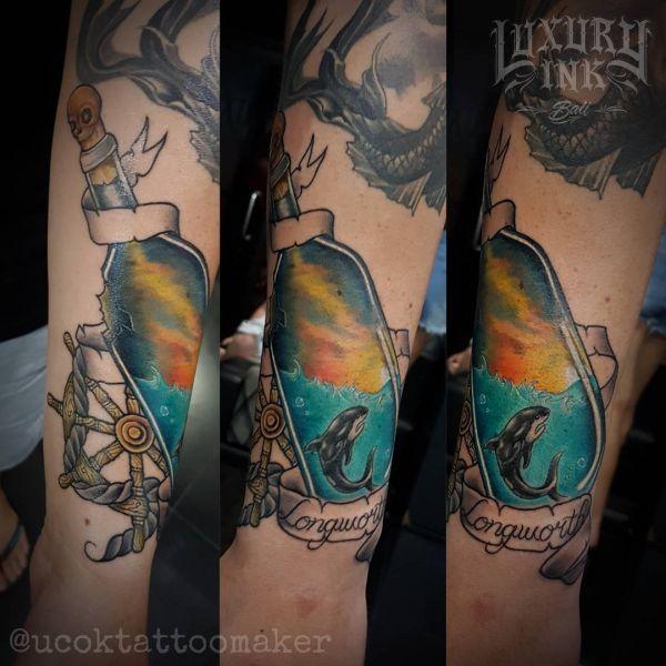 Бутылка со штурвалом снаружи и акулой внутри в виде татуировки