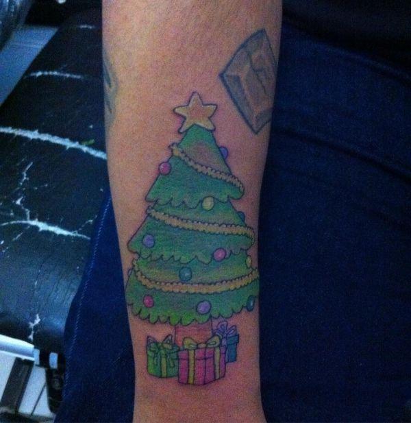 Зеленая елка с поджарками в виде татуировки на предплечье
