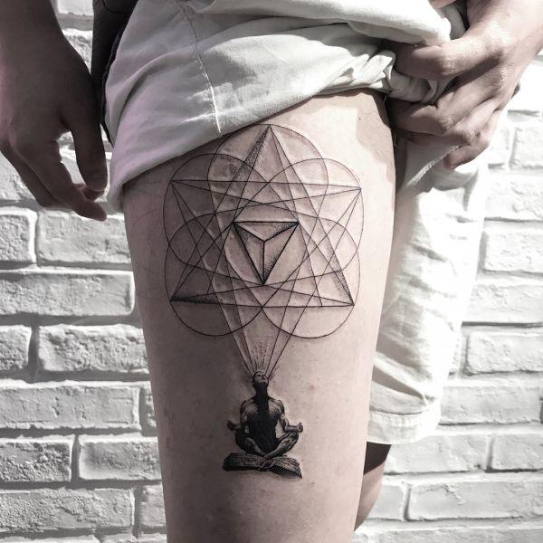 Татуировка геометрических фигур с человеком в позе лотоса