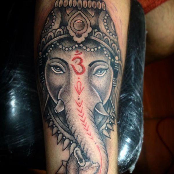Татуировка Ганеша с красными оттенками