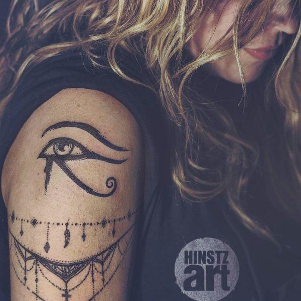 Гора Глаз в виде татуировки на плече девушки