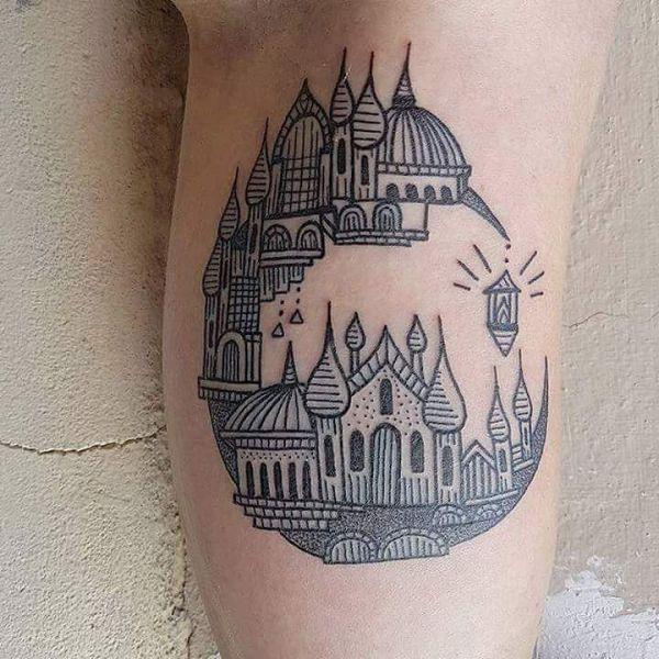 Татуировка города в месяце