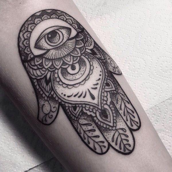 Татуировка хамса с узорами