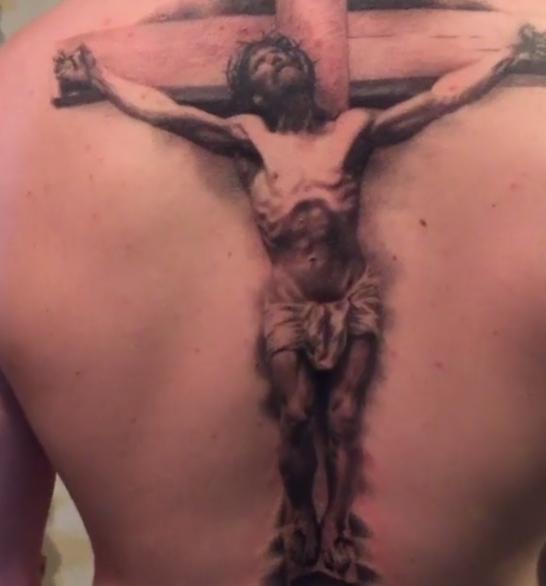 Татуировка Иисуса, распятого на кресте