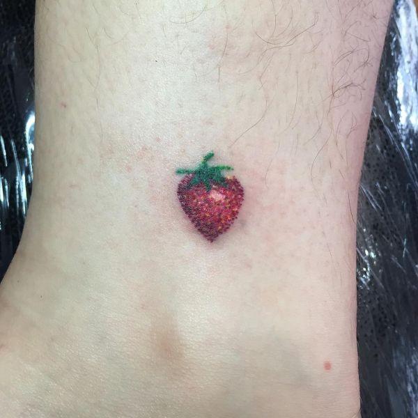 Минималистичная татуировка клубнички