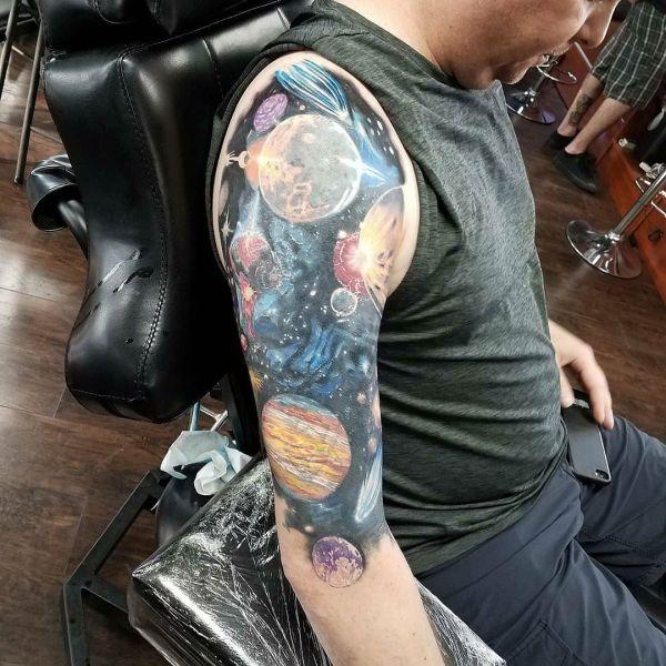 Татуировка космос на плече - планеты