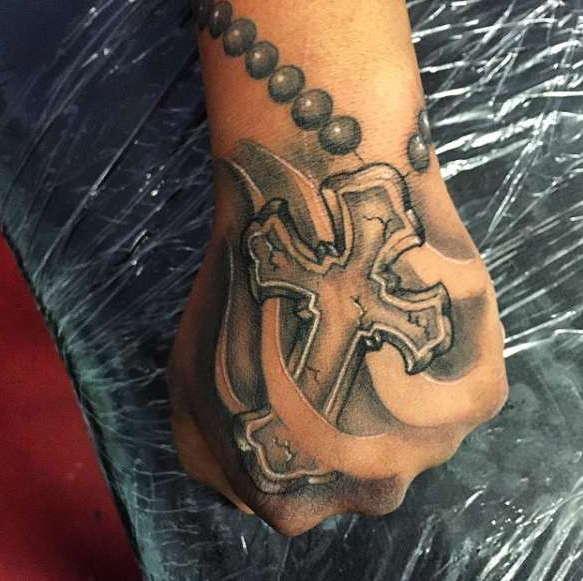 фото тату крест на руке