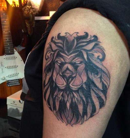 Лев с пышной гривой на плече
