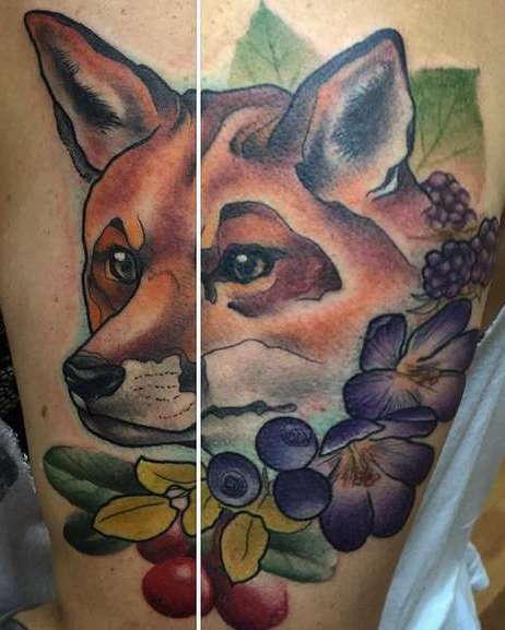 Татуировка морды лисы с цветами