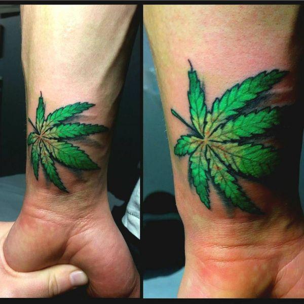 Татуировка двух листьев марихуаны