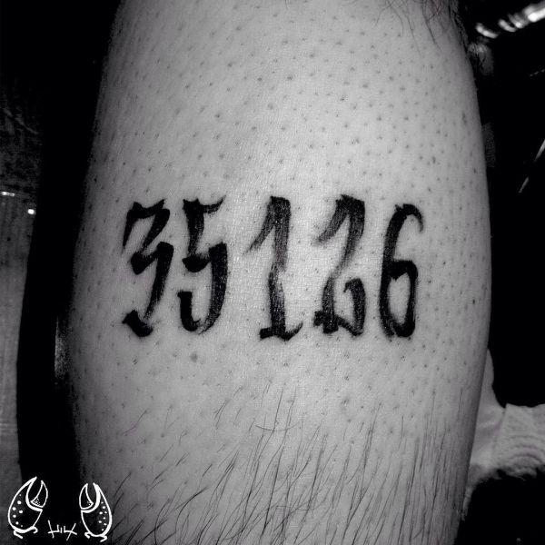 Татуировка цифр маркером на ноге
