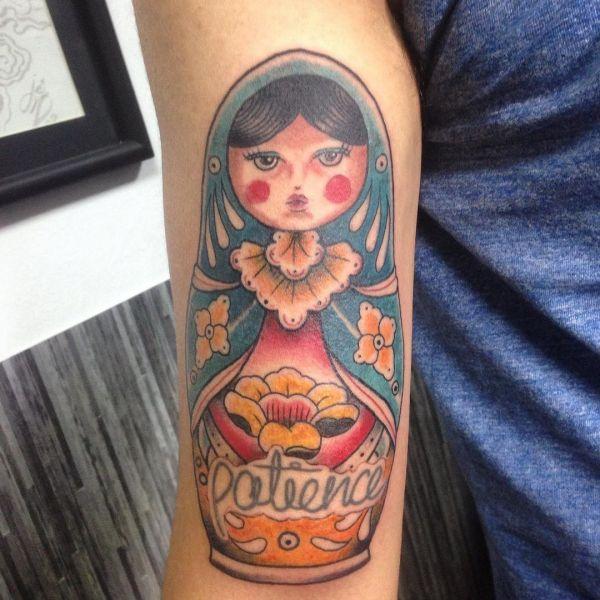 Простая татуировка матрешки на руке