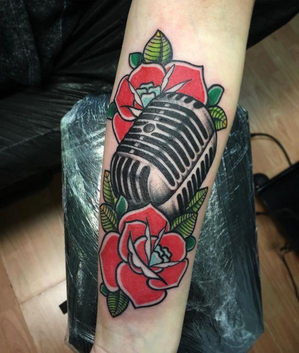 Микрофон с розами в виде тату